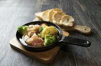 お皿からこぼれ落ちるほど山盛りのエビを自家製タルタルソースでお召し上がりください。