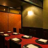 テーブルの個室は2名様卓、4名様卓、8名様卓をご用意。どのお席もお隣のお席が近く感じないように、広めに設えてあります。お食事を楽しむ空間、時間もお客様に満足していただくために大切なことです。