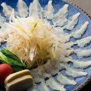夏の旬魚「鱧」を使った料理の数々。主菜の活鱧のしゃぶしゃぶ。さっぱり、あっさりでありながら味わい深い旨味がたっぷりです。鱧は九州近海のものを使用。前日までにご予約を。