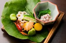 素材そのものの質を見極め、真摯に向き合ったゆるりの日本料理をご堪能ください。