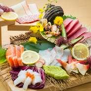 その日に仕入れた旬の魚介類がふんだんに盛り付けられています。 ※写真は4人前