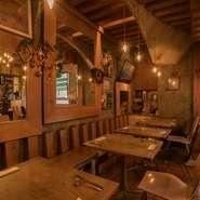 ピッツアを焼く石窯の内部をイメージした店内。ドーム型の土壁の天井や、天然素材をたっぷりと使った壁、使い込まれたチラコッタ床など、自然に抱かれているような温もりを感じられます。