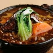 隠し味に醤油麹を使い阿波牛をデミグラスソースで長時間煮込んだ逸品。鍋でアツアツの状態を楽しめます。