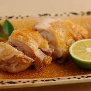 素材で勝負の一皿です。阿波尾鶏はコクのある旨味をたっぷりと含み適度な歯ごたえと柔らかさ、もっちりとした食感が特徴です。味付けは塩だけで表面の皮がパリパリのところをスダチを絞ってお召し上がりください。