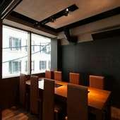 8名様程のシックな個室は使い勝手がとても良い、落ち着ける空間