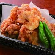 特製塩タレにじっくり漬けこんだ、衣サクサク、ジューシ―な、鶏料理屋自慢の逸品。