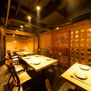 前はクラブだったというお店は天井の造作などをそのまま利用しているので、文字通りの「和モダン」な空間になっています。