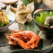 写真は『珍味盛合せ』。このほか、『子持ち昆布の串揚げ』『秋刀魚のなめろう』『マグロのカマトロと下仁田葱の串焼き』など、オリジナルのおつまみメニューが人気です。