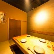 落ち着いた和モダンな空間。『季節の生野菜』や『お刺身』、ボリューム満点の『トンテキ』など、美味しいお料理でお酒を楽しんでください。