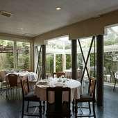ドイツ大使の邸宅を改装した、築約50年になる一軒家のレストラン