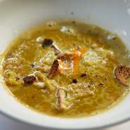 5~6種類の魚を丸ごと使い、丹念に裏ごしした絶品スープ。凝縮された魚の滋味は感動すら覚えます。