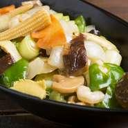函館の魚介と野菜がたっぷり入ったあんかけ焼きそば。【函館麺厨房あじさい】の姉妹店なので麺がウマイ。