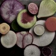 コース全体のバランスをとり季節感・彩りを添える大事な役割を果たしている野菜。肉・魚料理に添えられた野菜にまで、その素材には徹底してこだわっているそう。四季を感じる旬菜を心ゆくまで味わえます。