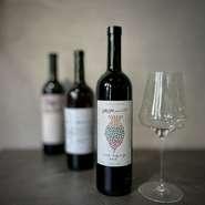 その日のお料理に合わせたグラスワインを用意してもらえるコースが3種。たっぷり楽しめるのが魅力です。