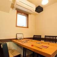 カウンターのみだった阿佐ヶ谷時代ですが、鎌倉に移ってテーブルを1卓、設けました。早い時間から予約が入る人気の席です。カウンターも阿佐ヶ谷より、お客様のスペースが広くなってゆったりしているんですよ。