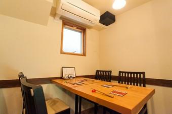 移転してテーブル席が誕生。グループでの集まりにも対応する