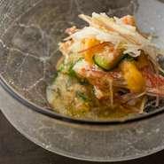 先付けの一例。酢に鰹出汁や柑橘を加えて仕立てる土佐酢と、旨み濃い旬の魚介が絶妙な相性。