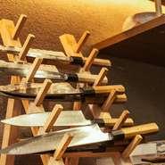 料理人の命とも言うべき道具の数々。手入れが行き届いた様子からも、先崎氏の実力が伺えます。