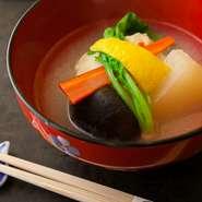 伝統的な懐石のなかで、とくにこだわるという『お椀』。この日は松葉ガニの真丈と聖護院大根、椎茸、金時菜、めかぶを蕪のみぞれ仕立てで。上品な出汁の風味が活きた極上の味わいです。