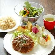 有機野菜の栄養をしっかりと吸収できるように、バランスのいいメニューを考案。サラダとスープ、副菜3品に加え、肉や魚、豆類といった選べるメインもついて、食べ応えはたっぷり!
