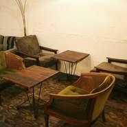 アンティークソファに合わせて、テーブルはオーダーメイド。食事のしやすい高さにこだわりました。