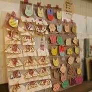 店内では作品展示や、ピアス・イヤリングといったグッズ販売もしています。