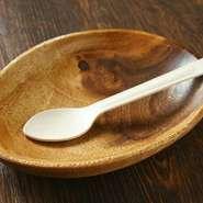 子どもが使いやすい木皿やスプーンを用意。 スタッフにリクエストすれば、大人用とは別に、あらかじめ取り分けて提供してもらうことも可能です。