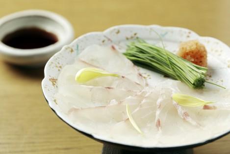 刺身とは違った食感とおいしさを楽しめる『天然鯛薄造り』
