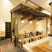 モダンな雰囲気の1階フロア。木の温もりが感じられる空間