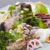 地元で獲れた旬の魚をお刺身で盛り合せて提供。季節ごとの味が楽しめる『旬の地魚 お刺身盛合わせ』