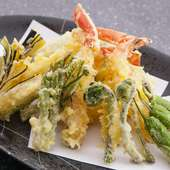 その時期の旬の味を天ぷらで。サクッと歯ごたえのよい衣をまとった『季節の天ぷら盛合わせ』