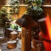 和庭園の中の灯籠が落ち着いた和空間を演出