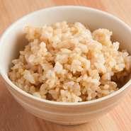 ご飯は、白米、炊き込み、玄米の3種類用意されていて、好みで選べます。人気の玄米ご飯は、数量限定になっていますので、食べたい方はお早目に!