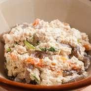 自家農園の野菜を使った『白和え』は、野菜を豊富にいただけるヘルシーメニュー。家庭料理の優しさが魅力です。