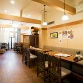 ひとり客からグループまで幅広く使える空間