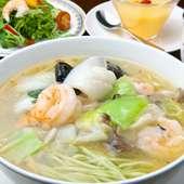 自家製の色鮮やかな麺が自慢の『海鮮あんかけ翡翠麺』