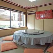 お座敷に円卓の回転テーブルが置かれた落ち着いた雰囲気の個室
