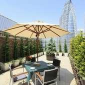 新宿ならではの景色を楽しめる開放的なテラス