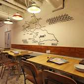店内の壁に描かれた宮古列島の島地図から夢が広がる