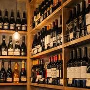 ワインは直輸入でできるだけ低価格でご提供しています。ボトルで2500円から50種以上を取り揃え、グラスワインも常時10種類以上ご用意。ワイン好きもワイン初心者も、自由なスタイルでお楽しみください。