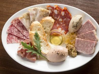 赤ワインとの相性抜群『利三郎特製!お肉の前菜盛り合わせ』