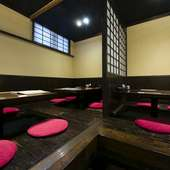 奥の座敷は8名用の席。襖を閉じれば個室として利用できます
