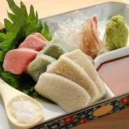 京都の老舗の「半兵衛麩」より取り寄せている品質確かな『生麩のお刺身』。もちもちとした食感でコシがあり上品な旨味が美味しい。自家製のお醤油とこだわりのお塩でいただきます。