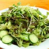 テーブルに着いたらすぐに注文。ほぼ全ての人がリピートするというサラダ『味付け(ムンチ)サラダ』