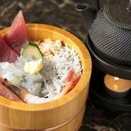 メニューでは、鎌倉の名物として広く知られる「しらす」をふんだんに使用し、お客様の観光・旅行気分を盛り上げます。そのほか、鮮度にこだわった海鮮具材の数々を全国から取り寄せてご提供しています。