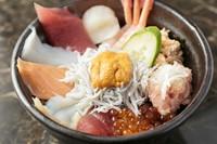 この1杯で、海の幸を食べ尽くす!12種の新鮮具材を贅沢に盛り込んだ人気イチオシメニュー『大漁丼』