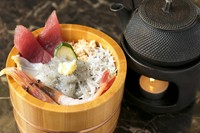 海鮮丼と出汁茶漬け、2つの食べ方が同時に楽しめます!一石二鳥がうれしい『しらす海鮮ひつまむし』