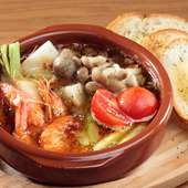 季節の野菜や魚介類などを熱々の『アヒージョ』で