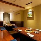 ディナータイムはゆっくりと食事が楽しめる、落ち着いた空間に