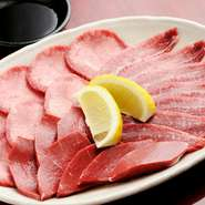 2~3人前 女性にもおすすめ!ヘルシー&美味しい『塩セット』 新鮮な牛タン・牛ハツ・牛ホホ肉をサッと炙って召し上がれ。肉の旨みをシンプルに味わえる一品です。